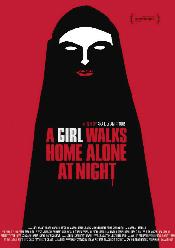 Una chica regresa a casa sola de noche
